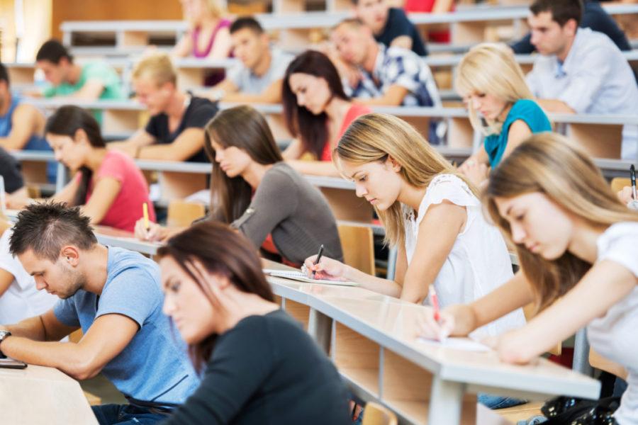 6Large-group-of-students-writing-in-noteb..-2-studenty-v-auditorii-pishut